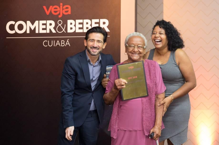 <span>O decorador Cleber Clemente entrega o prêmio de melhor bolinho de arroz para Dona Eulália</span>