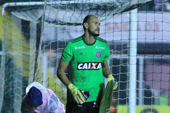 O goleiro Fábio com a camisa do Figueirense