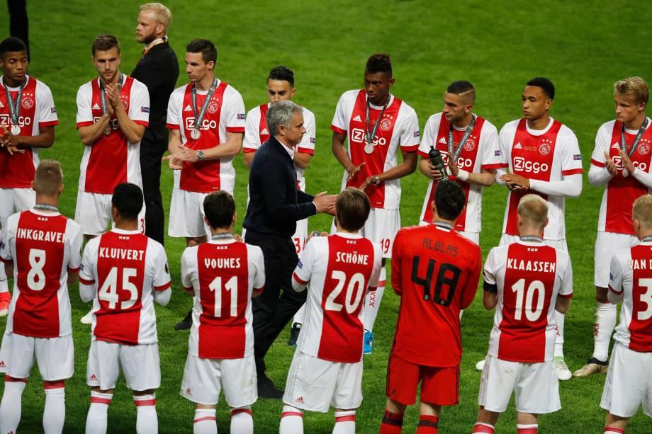 Jogadores do Ajax aplaudem o técnico José Mourinho do Manchester United após vitória do clube inglês na final da Liga Europa - 24/05/2017