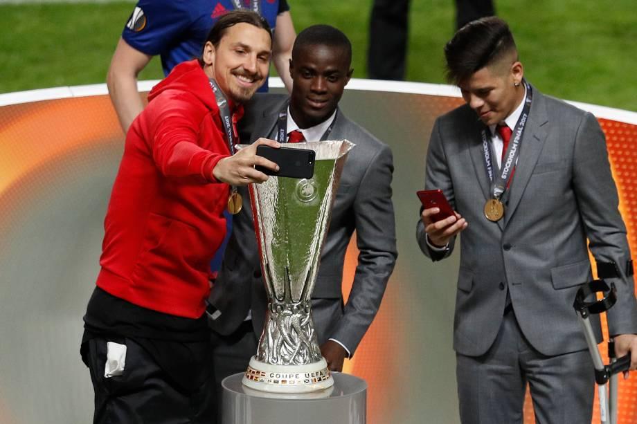 O atacante Zlatan Ibrahimovic do Manchester United faz uma selfie ao lado de Eric Bailly com a taça da Liga Europa - 24/05/2017
