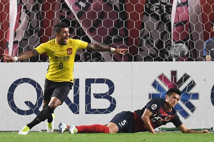 Paulinho comemora gol pelo Guangzhou Evergrande da China