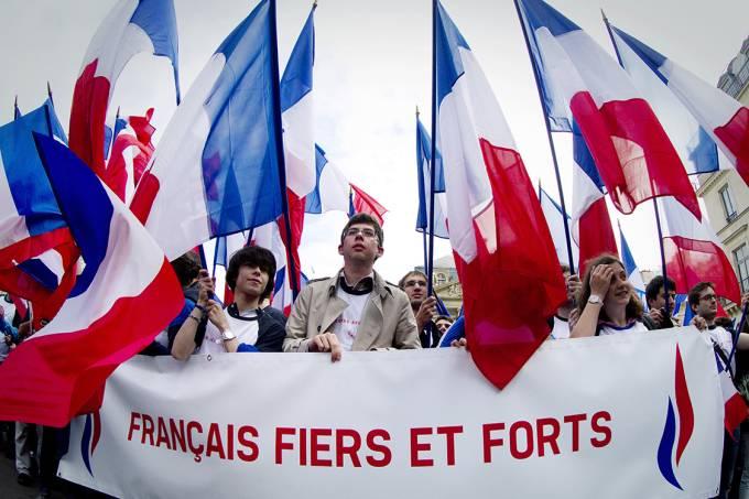Jovens fazem manifestação à favor do partido da Frente Nacional (FN), em Paris