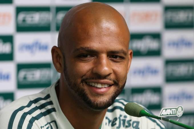 O jogador Felipe Melo, do Palmeiras, concede entrevista coletiva antes do treinamento, na Academia de Futebol.