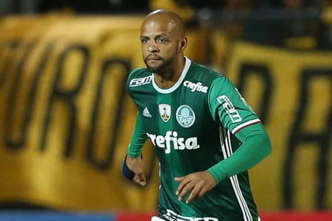 O jogador Felipe Melo, da SE Palmeiras, em jogo contra a equipe do CA Peñarol, durante partida válida pela primeira fase, da Copa Libertadores, no Estádio Campeón Del Siglo.