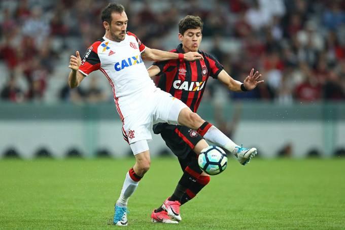 Disputa de bola entre Manchuello e Rossetto, na partida entre Atlético-PR e Flamengo, em Curitiba