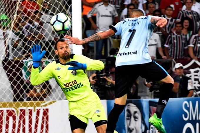 O goleiro Diego Cavalieri, do Fluminense, defende a bola cabeceda por Luan, do Grêmio, no Maracanã – 31/05/2017