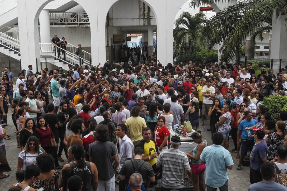 Fãs fazem fila para se despedir do cantor Belchior durante velório no Centro Dragão do Mar, em Fortaleza - 01/05/2017