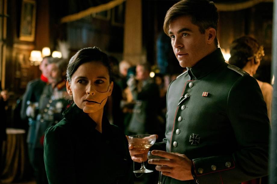 Elena Anaya e Chris Pine em cena do filme 'Mulher Maravilha'