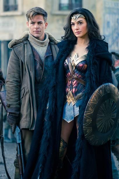 Chris Pine e Gal Gadot em cena do filme 'Mulher Maravilha'