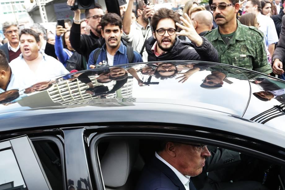 """O governador de São Paulo, Geraldo Alckmin (PSDB), deixa o local em meio ao tumulto durante ato de lançamento da ampliação do programa habitacional """"PPP da Habitação"""" na região da Luz, na capital paulista - 24/05/2017"""