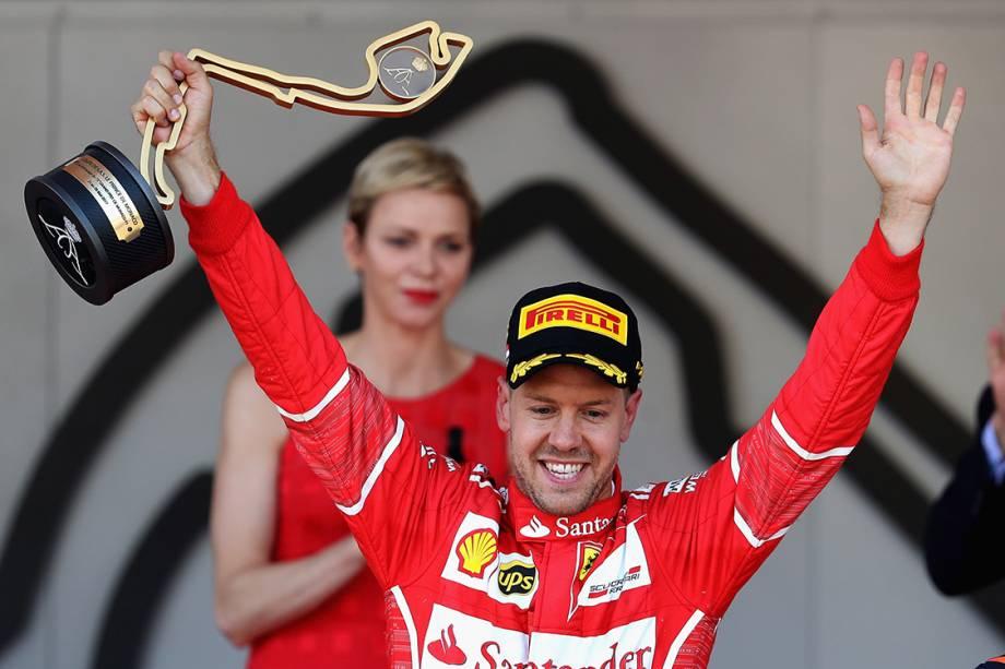 O piloto da Ferrari Sebastian Vettel comemora após vencer o GP de Mônaco