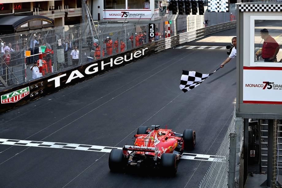 Apesar de largar em segundo, Vettel superou seu companheiro da Ferrari e venceu o GP de Mônaco
