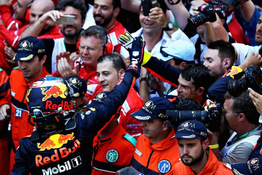 O australiano Daniel Ricciardo comemora a terceira posição no GP de Mônaco