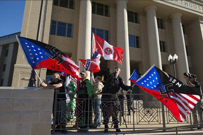 Grupos neonazistas protestam em frente ao Tribunal de Justiça do Texas