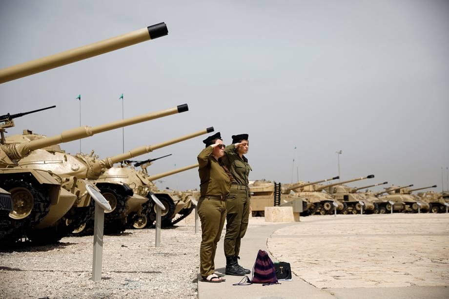 Soldados israelenses fazem dois minutos de silêncio em homenagem aos soldados mortos, em Israel