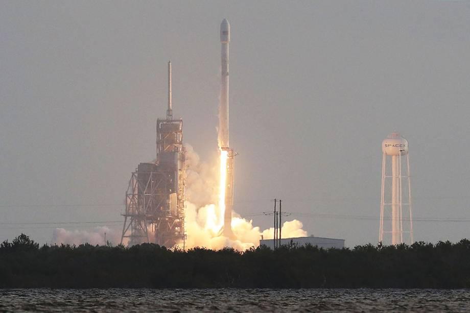 O foguete SpaceX Falcon 9 é lançado no Cabo Canaveral na Flórida, EUA