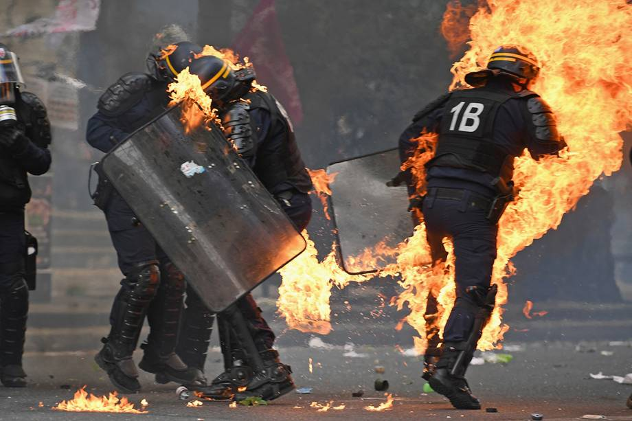 Manifestantes e policiais entram em confronto durante protestos do Dia do Trabalho em Paris, França