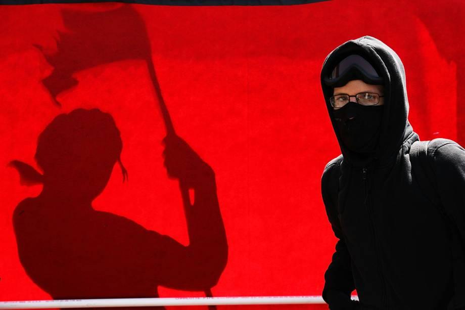 Manifestante durante protesto do Dia do Trabalho na Union Square, em Nova York