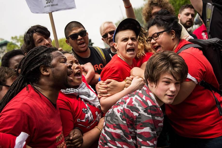 Manifestantes tentam retirar homem que, segundo eles, fez comentários racistas durante protesto do Dia do Trabalho na Union Square, em Nova York