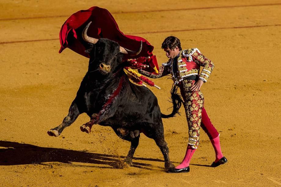 O toureiro Julian Lopez, conhecido como 'El Juli', se apresenta no segundo dia da Feira de Sevilha, Espanha