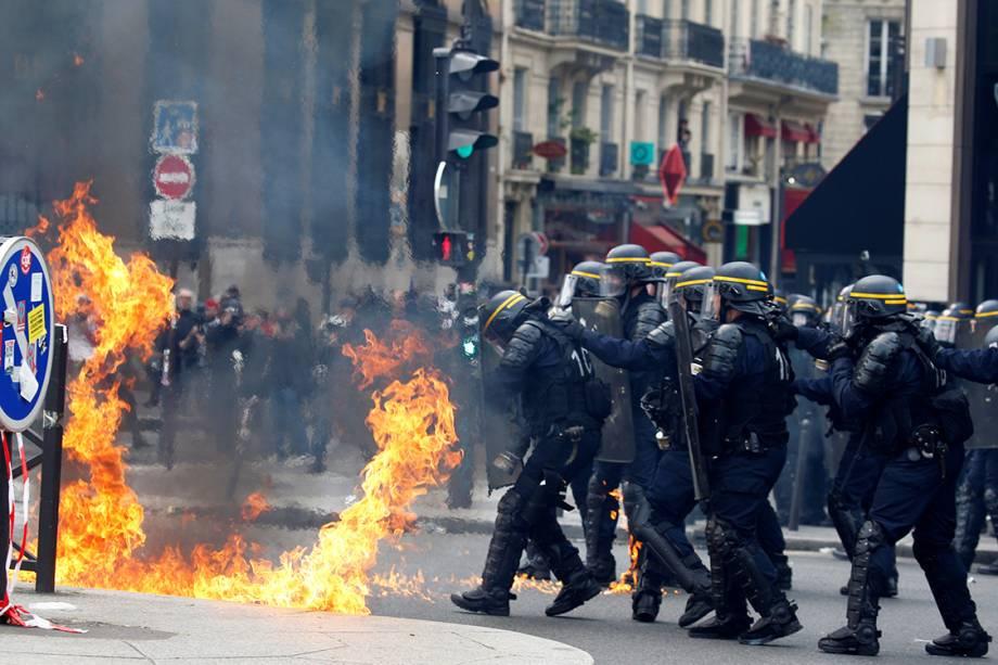 Polícia entra em confronto com manifestantes durante protesto do Dia do Trabalho, na França