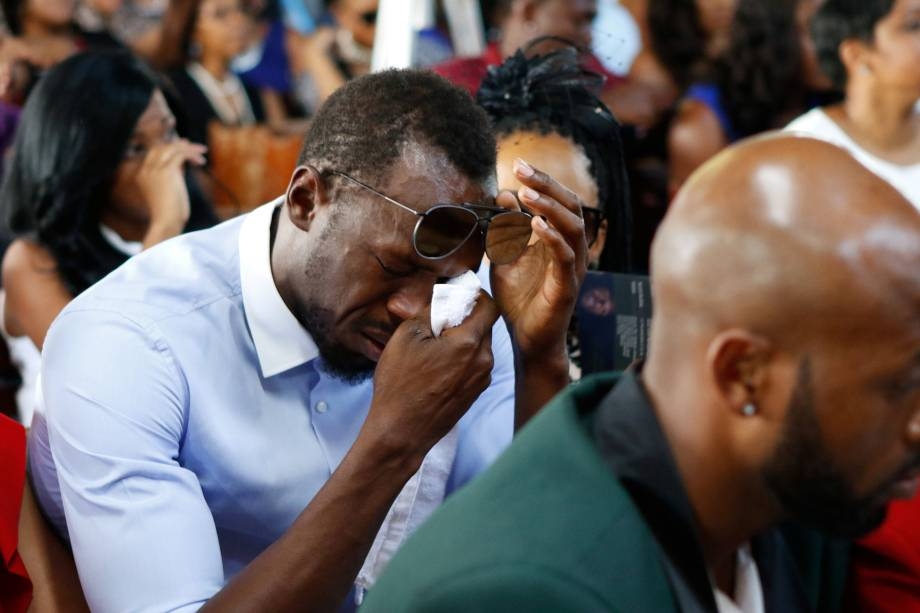 O campeão olímpico Usain Bolt chora durante o funeral do amigo e estrela do salto em altura Germaine Mason, morto em um acidente de moto, durante cerimônia em uma igreja em Kingston, na Jamaica - 22/05/2017