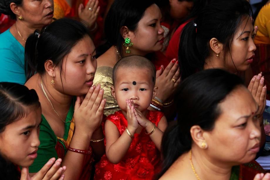 Criança participa das orações dentro de um templo budista na ocasião do festival de Buddha Purnima,  conhecido como o dia de Vesak, em Agartala, na Índia - 10/05/2017