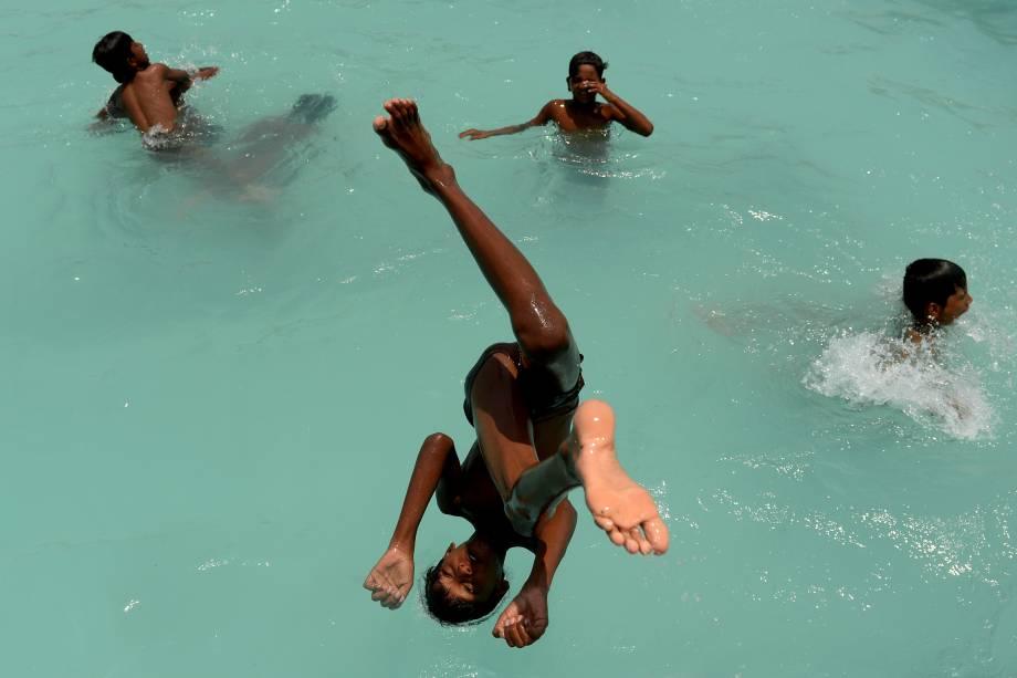 Crianças mergulham em uma piscina em Chennai, na Índia - 10/05/2017