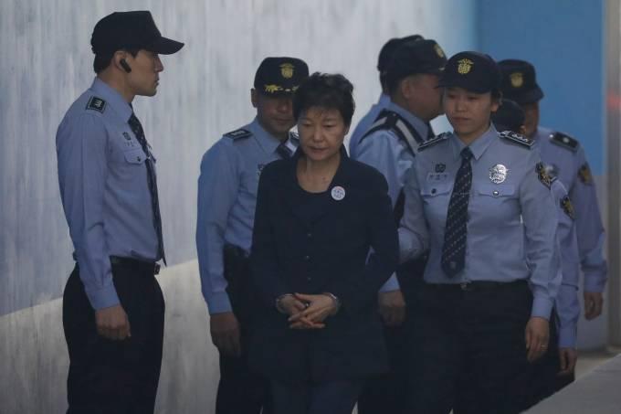Ex-presidente sul-coreana chega escoltada à corte