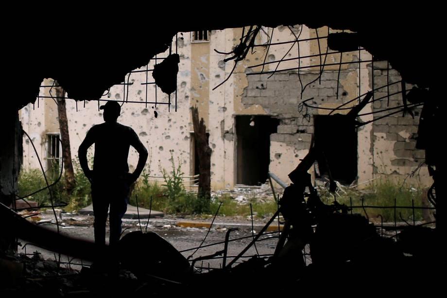 Membro das forças iraquianas fotografado dentro do hospital Al-Salam, destruído durante confrontos contra o Estado Islâmico no leste de Mosul - 02/05/2017