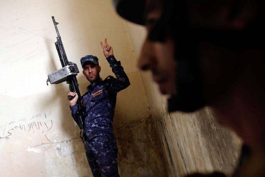 Membro da Polícia Federal iraquiana reage durante confrontos com jihadistas do Estado Islâmico no oeste de Mosul - 02/05/2017