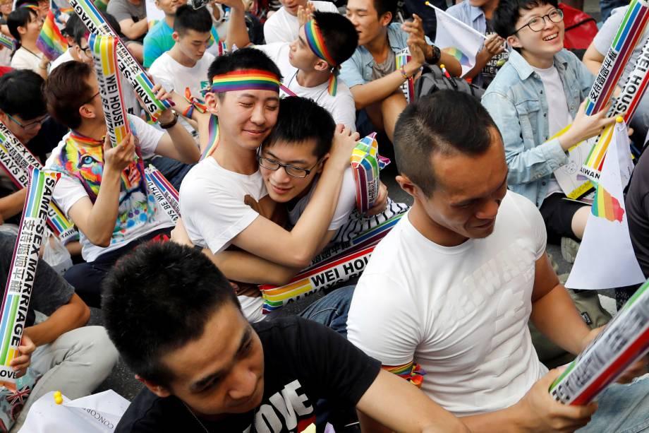 Ativistas se abraçam durante manifestação em Taipei, após decisão do tribunal constitucional de Taiwan favorável à legalidade do casamento entre pessoas do mesmo sexo - 24/05/2017