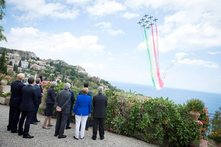 Líderes do G7 observam esquadrão de fumaça desenhar a bandeira da Itália no céu, pouco antes da reunião em Taormina, na Itália - 26/05/2017