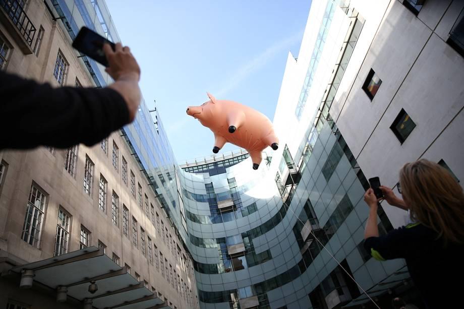 Porco gigante inflável flutua em Londres para promover a exibição da banda Pink Floyd, na Inglaterra - 10/05/2017