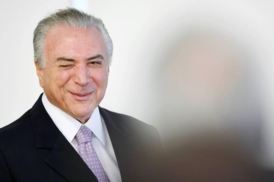 Presidente Michel Temer pisca durante evento que regulariza situação de portos no Palácio do Planalto, em Brasília - 10/05/2017