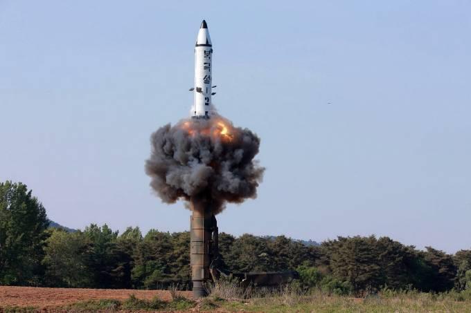 Coreia do Norte realiza teste com míssil