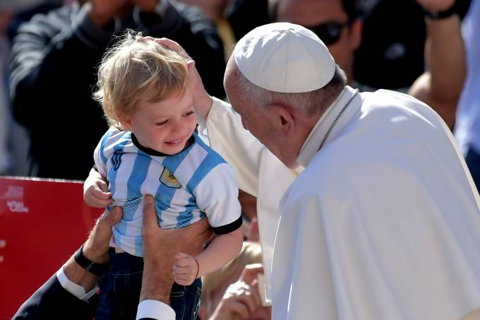 Papa Francisco saúda criança argentina