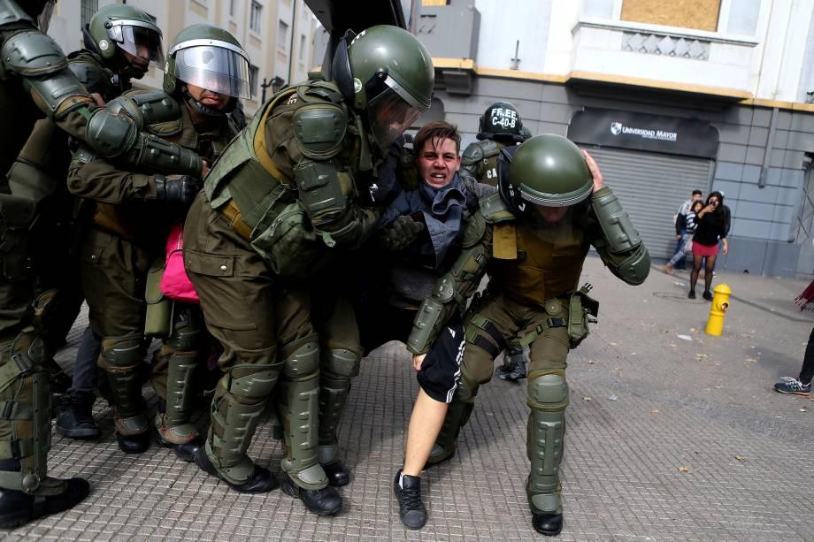Manifestante é detido pela polícia durante marcha de estudantes contra a reforma educacional proposta pelo governo em Santiago no Chile - 09/05/2017