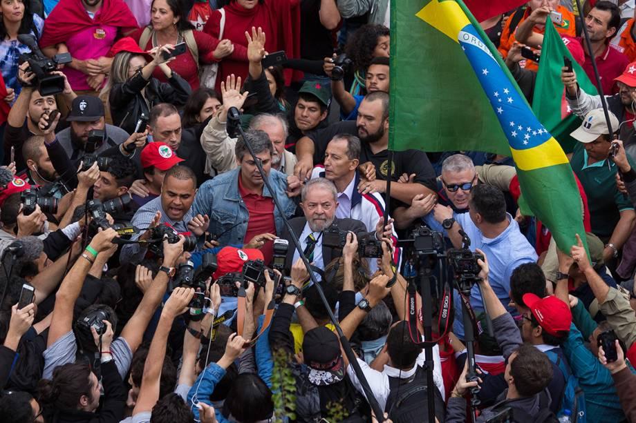 Militantes cercam o ex-presidente Luiz Inácio Lula da Silva, réu na Lava Jato, na sua chegada ao prédio da Justiça Federal, em Curitiba - 10/05/2017