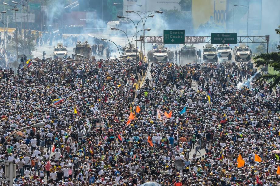 Manifestantes de oposição marcham ao longo da rodovia Francisco Fajardo, durante protesto contra o presidente Nicolás Maduro em Caracas, na Venezuela - 10/05/2017