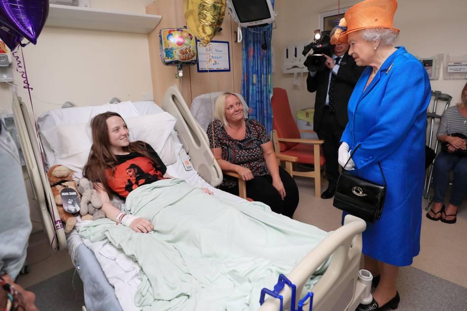 Rainha Elizabeth visita a adolescente Millie Robson, um das vítimas do atentado terrorista durante show da cantora Ariana Grande, no hospital de crianças de Manchester, na Inglaterra - 25/05/2017