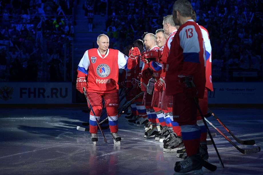 Presidente da Rússia, Vladimir Putin, participa de time de róquei em evento da Nicht League, em Sochi, na Rússia