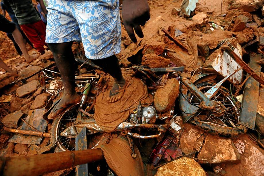 Homem participa de busca de sobreviventes após deslizamento na vila de Bellana, no Sri Lanka - 26/05/2017