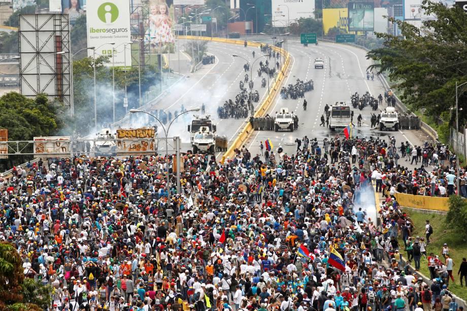 Manifestantes da oposição ao Presidente Nicolás Maduro entram em confronto com a polícia durante protesto em Caracas, na Venezuela - 03/05/2017
