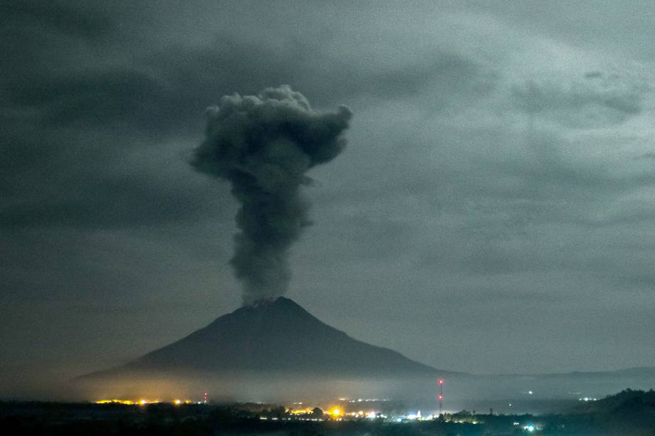 O vulcão monte Sinabung expele cinza vulcânica em imagem vista da vila de Beganding em Karo, na Indonésia - 02/05/2017
