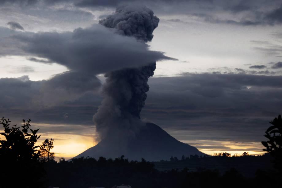 O vulcão do Monte Sinabung expele cinzas vulcânicas em imagem registrada a partir da vila de Brastagi, na Indonésia - 24/05/2017