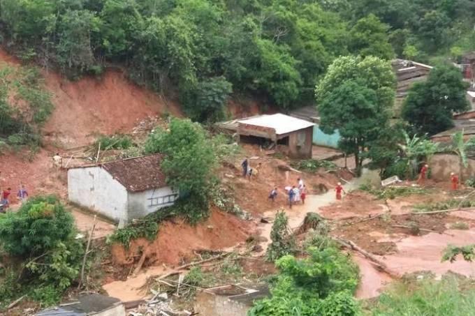 Desabamento provocado por chuvas atinge casas em Maceió (AL)