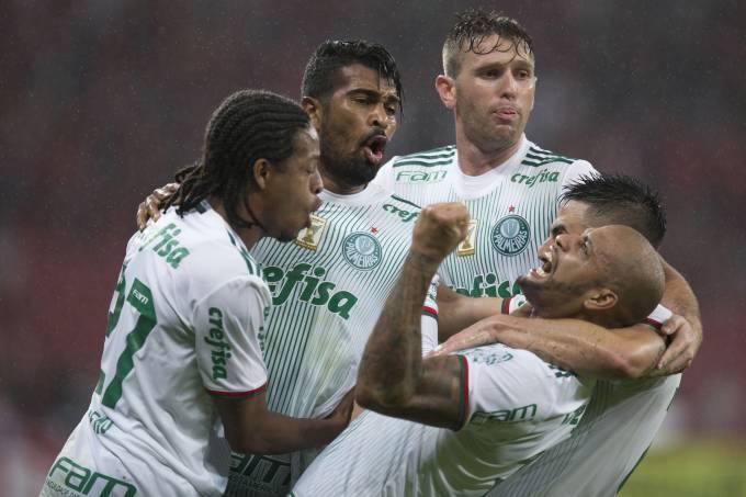 Jogadores do Palmeiras comemoram  gol contra o ia