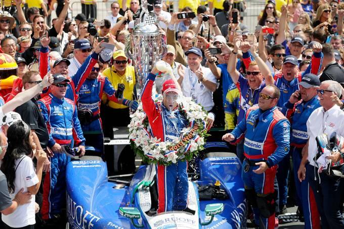 O japonês Takuma Sato comemora após vencer a 101ª edição das 500 Milhas de Indianápolis