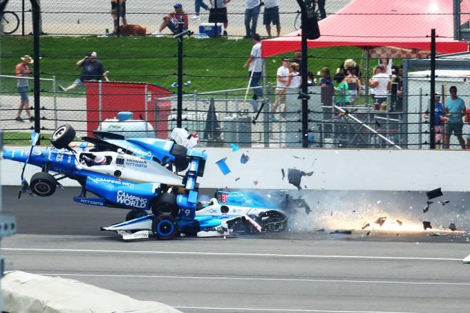 Scott Dixon vai ao ar após colidir com Jay Howard, durante as 500 milhas de Indianapolis